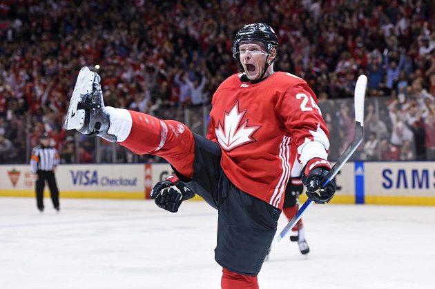 Radost Coreyho Perryho (24) po vstřelení čtvrtého gólů Kanady.