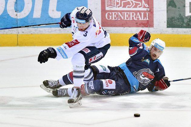 Nicolas Hlava z Chomutova se octl na ledě po souboji s libereckým Adamem Jánošíkem během pátého zápasu semifinále play off hokejové extraligy.