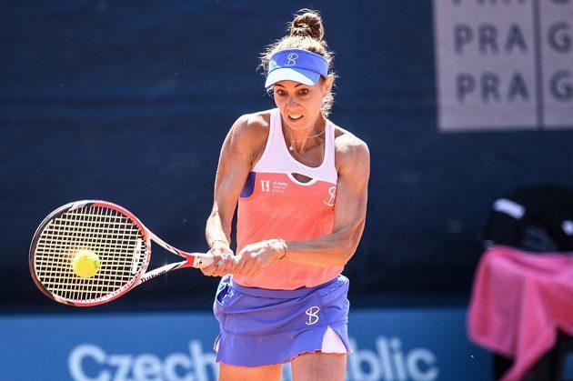 Mihaela Buzarnescuová z Rumunska ve finále tenisového turnaje J&T Banka Prague Open.