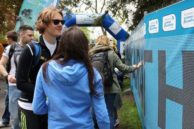 Toto je jediná maratónská zeď, na kterou já věřím. Najdete na ní jména všech účastníků.