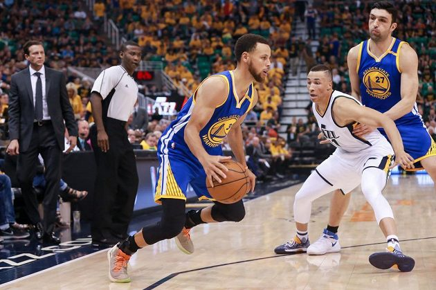 Stephen Curry (30) z Golden State a Dante Exum (11) z Utahu.