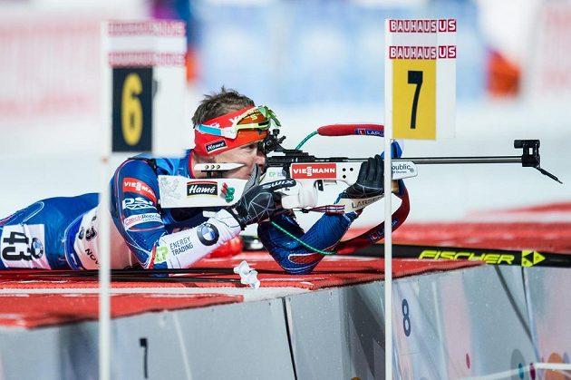 Ondřej Moravec během střelby ve sprintu na 10 km v rámci světového poháru v biatlonu ve Vysočina Areně v Novém Městě na Moravě.
