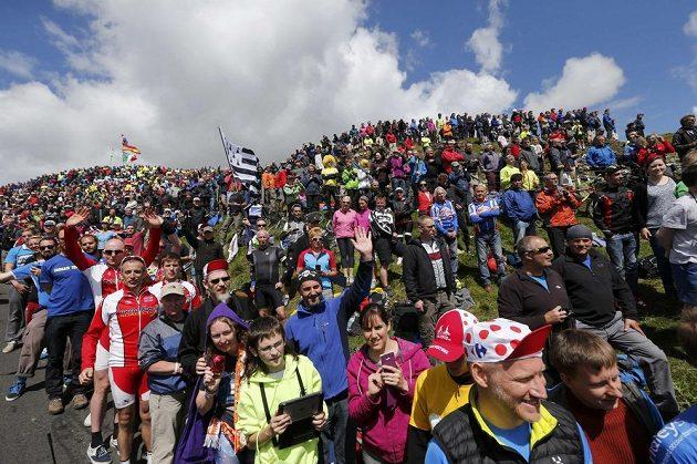 Mobily a tablety připravit, už jedou! Fanoušci čekají na přijezd pelotonu při druhé etapě Tor de France.