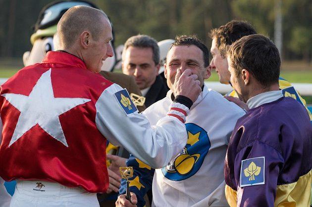 Marek Stromský (uprostřed) přijímá gratulace soupeřů po vítězství ve Velké pardubické.