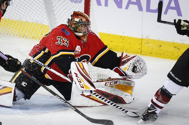 Gólman Calgary Flames David Rittich v akci.