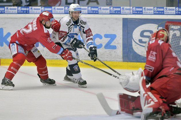 Zleva Milan Doudera a brankář Šimon Hrubec z Třince a Jaroslav Kracík z Plzně (uprostřed) ve čtvrtém semifinále play off.