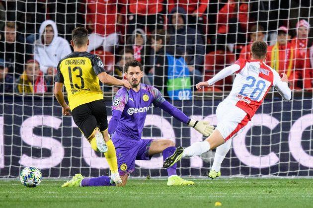Lukáš Masopust ze Slavie Praha a jeho velká šance během utkání základní skupiny Ligy mistrů proti Dortmundu.