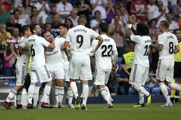Fotbalista Realu Madrid Daniel Carvajal (uprostřed) slaví se spoluhráči gól v utkání španělské ligy proti Getafe.