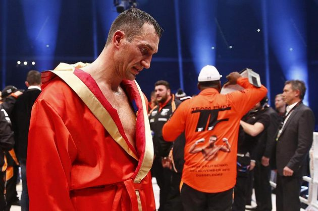 Zklamaný Vladimir Kličko odchází z ringu po prohře s Britem Furym.