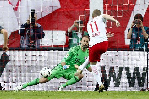 Timo Werner z Lipska střílí z penalty gól mistrovskému Bayernu.