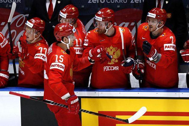 Artjom Anisimov (15) a další Rusové se radují z gólu proti Švédsku.