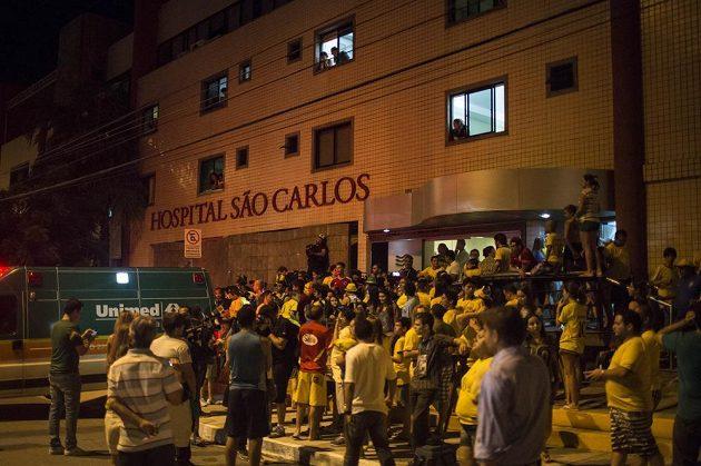 Brazilští fanoušci před nemocnicí Sao Carlos ve Fortaleze, kde ležel Neymar.