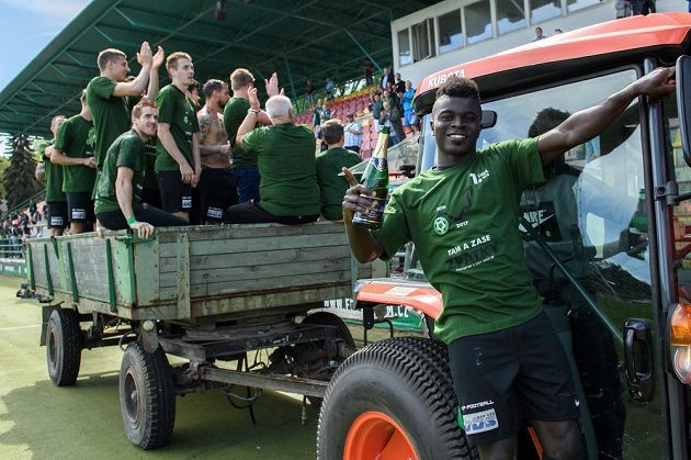 Emmanuel Antwi a fotbalisté Příbrami oslavují postup do první ligy.