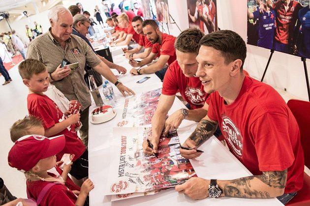 Na fotbalové mistry se stále fronta. Hráči Slavie Jiří Bílek (vpředu) a Milan Škoda se ochotně podepisovali fanouškům týmu z Edenu.