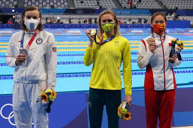 Zlatá ze 400 m volný způsob Ariarne Titmusová (uprostřed), stříbrná Kathleen Ledecká z USA a bronzová Číňanka Li Ping-ťie.