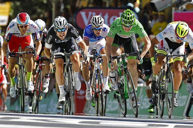 Němec André Greipel (vlevo) ani Slovák Peter Sagan (v zeleném) nestačili v posledních metrech 7. etapy Tour na Marka Cavendishe.