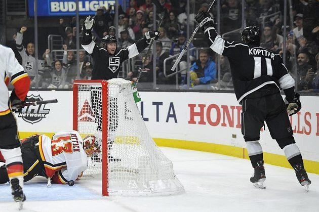 Hokejisté Los Angeles se radují z branky v Rittichově síti