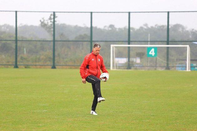 Jaroslav Šilhavý se protahuje při tréninku.