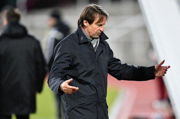 Trenér František Straka vedl fotbalisty Karviné premiérově v nejvyšší soutěži na Julisce proti Dukle.