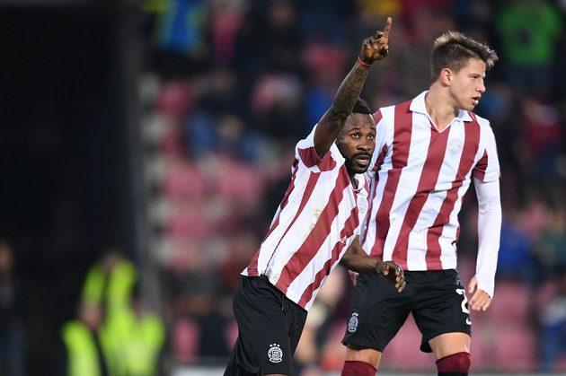 Guélor Kanga se raduje po gólu z penalty proti Českým Budějovicícm.