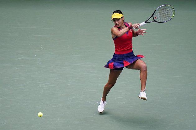 Emma Raducanuová vrací míček ve finále US Open.