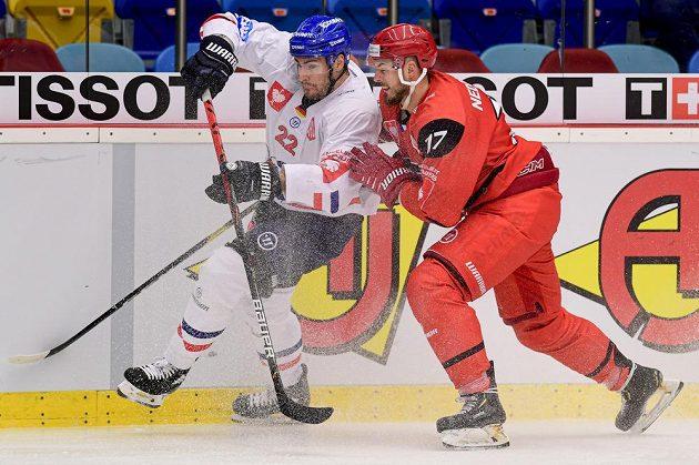 Matthias Plachta z Mannheimu a Richard Nedomlel z Hradce Králové během utkání hokejové Ligy mistrů.