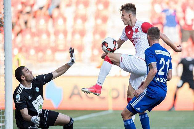 Eduard Sobol ze Slavie Praha před vstřelením gólu na 4:0 do sítě Mladé Boleslavi . zasáhnout se snaží brankář Kamran Agajev.