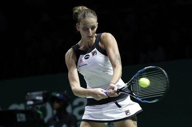 Karolína Plíšková returnuje v zápase s Ruskou Světlanou Kuzněcovovou.