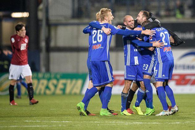 Fotbalisté Sigmy Olomouc oslavují vítězství nad Spartou 15.kole HET ligy.