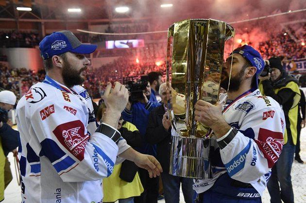 Brněnští hokejisté zleva Leoš Čermák a Jozef Kováčik se radují z mistovského titulu.