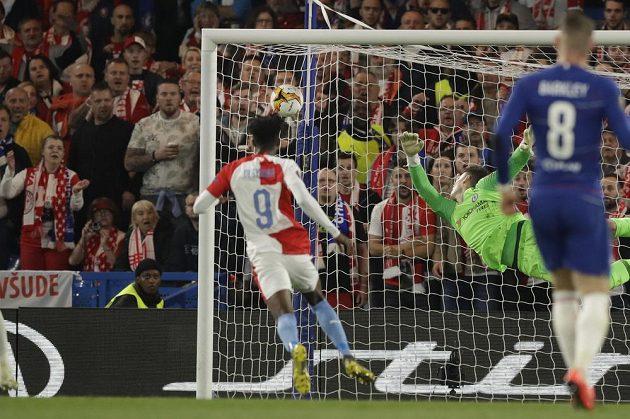 To byla paráda! Brankář Chelsea Kepa Arrizabalaga se marně natahuje po ráně slávisty Petra Ševčíka.