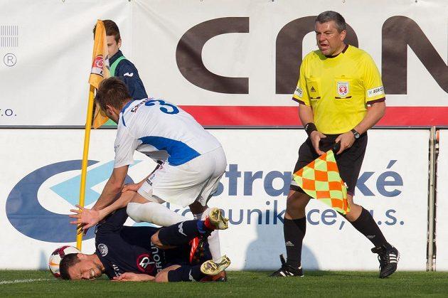 Jaroslav Diviš (ležící) ze Slovácka a Ondřej Sukup z Baníku Ostrava v utkání 24. kola Gambrinus ligy.
