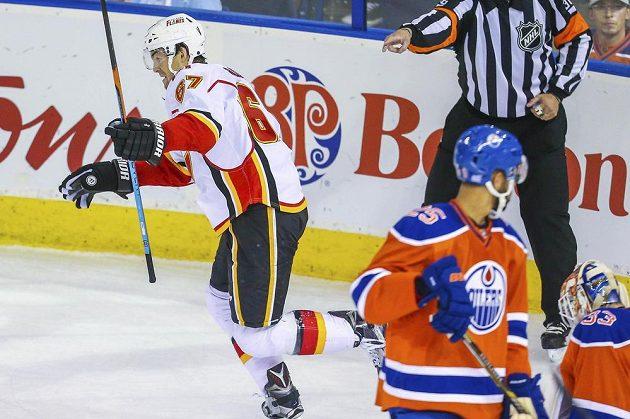 Michael Frolík slaví svou druhou trefu do sítě Edmontonu.