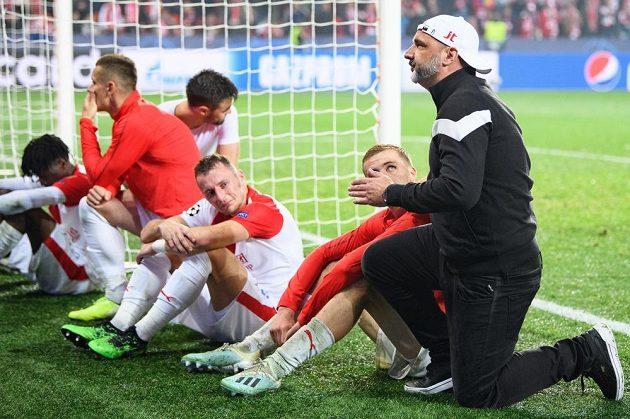Trenér Jindřich Trpišovský a zklamaní fotbalisté Slavie Praha Tomáš Souček a Vladimír Coufal po utkání s Barcelonou.