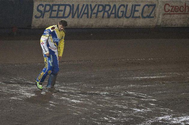 Švéd Peter Ljung, vítěz předčasně ukončeného Memoriálu Luboše Tomíčka, zkouší kvalitu tratě.