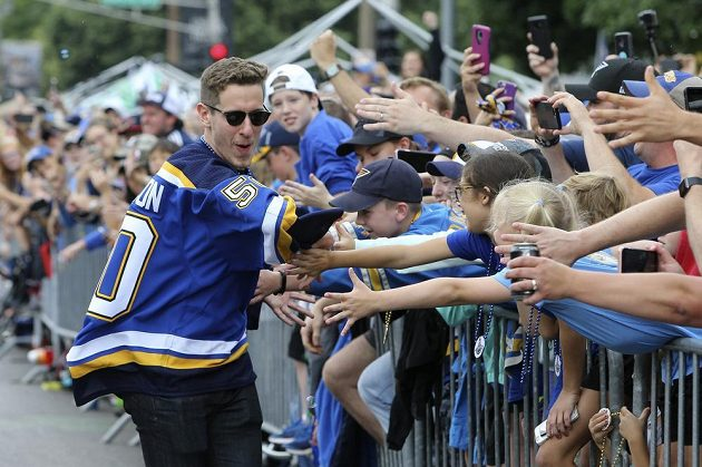 Ani hustý déšť nepokazil fanouškům a hokejistům St. Louis Blues sobotní velkolepé oslavy zisku Stanley Cupu.
