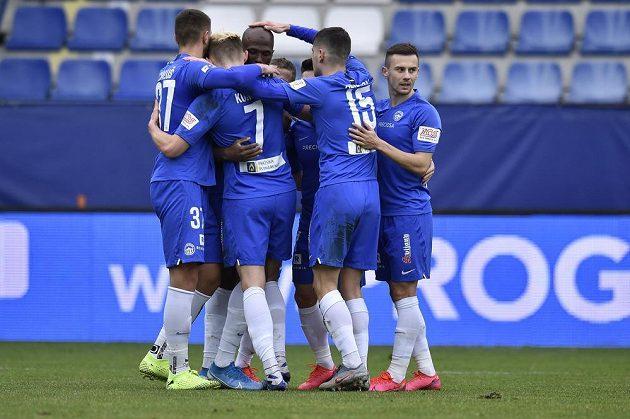 Hráči Slovanu Liberec se radují z prvního gólu.