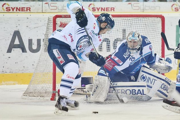 Liberecký Dominik Lakatoš s kotoučem před brankářem Plzně Matějem Machovským během čtvrtfinále play off hokejové extraligy.