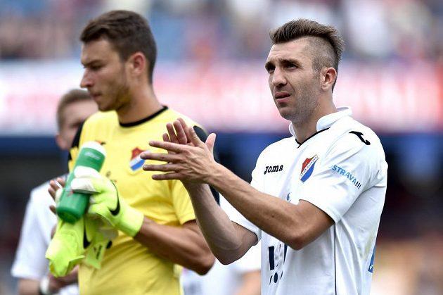 Smutný ostravský záložník Davor Kukec (vpravo) a brankář Jiří Pavlenka děkují fanouškům Baníku za podporu po utkání na Spartě.