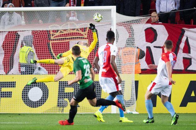 Brankář Slavie Ondřej Kolář inkasuje gól od Tomáše Holeše z Jablonce.