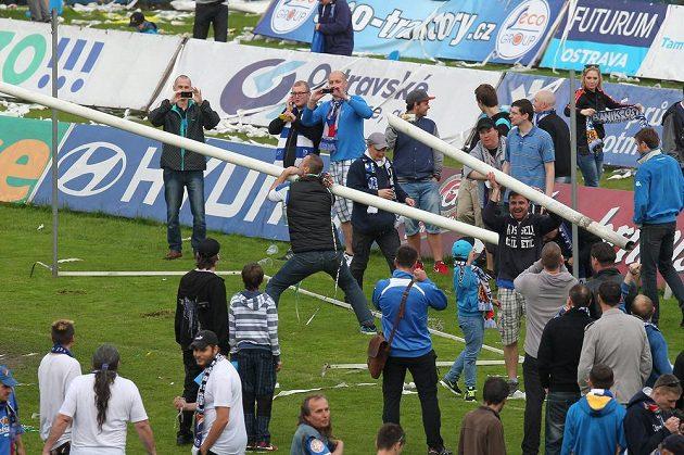 Fanoušci si po skončení zápasu Baník - Dukla odnášeli různé upomínkové předměty. Za své vzaly i branky.