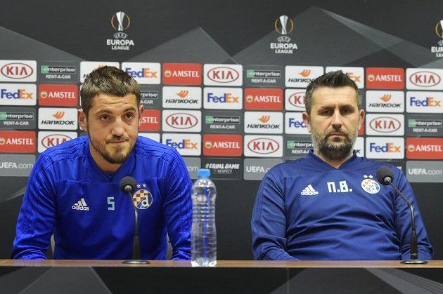 Zleva kapitán Arijan Ademi a trenér Nenad Bjelica.