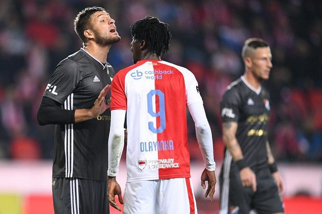 Fotbalista Slavia Peter Olayinka si vysvětluje jednu ze situací s protivníkem z Baníku Ostrava.