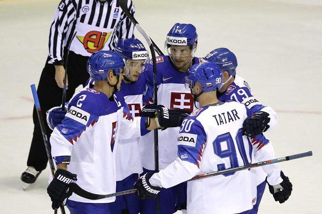 Slovenský hokejista Richard Pánik slaví poté, co vstřelil gól na mistrovství světa.