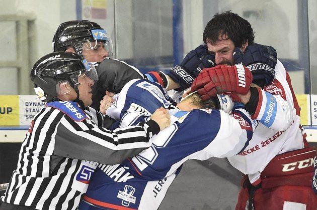 Rozepře mezi kapitánem Brna Leošem Čermákem a Tomáše Linhartem z Třince (vpravo). Hráče uklidňují čároví sudí.