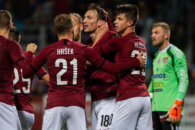 Fotbalisté Sparty se radují z gólu Libora Kozáka (třetí zprava), vpravo je brankář Českých Budějovic Jindřich Staněk.