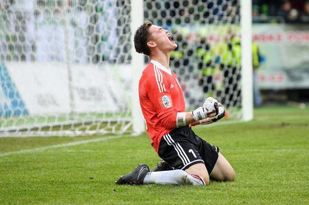 Karvinský brankář Patrik Le Giang se raduje z vyrovnávacího gólu proti Spartě.