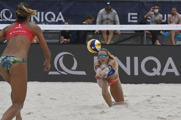 Turnaj Světového okruhu v plážovém volejbalu v Praze. Michaela Kubíčková (na snímku vpravo) s Michalou Kvapilovou v utkání proti brazilské dvojici Thamela a Maia Elize.