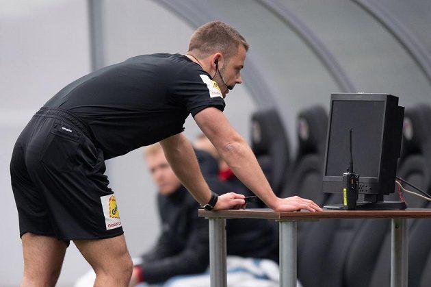 Rozhodčí Pavel Orel sleduje videozáznam během utkání Plzeň - Baník.