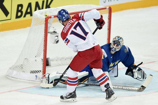 Český útočník Vladimír Sobotka takto nevyzrál na švédského brankáře Jhonase Enrotha během utkání MS v Praze.